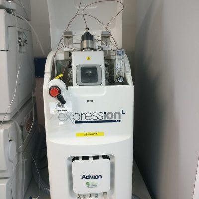 High performance compact mass spectrometer